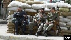 عناصر من حزب البعث العراقي في احد شوارع بغداد عشية الحرب على العراق في اذار 2003 (من الارشيف)