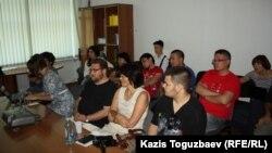 Майдан туралы фильмді көруге жиналғандар. Алматы, 27 тамыз 2014 жыл.