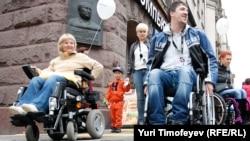 Инвалиды-колясочники на уличной акции в Москве