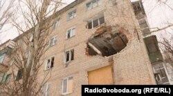 Пошкоджений обстрілами будинок в Авдіївці