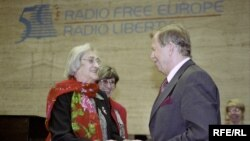 Yelena Bonner (left) with Czech President Vaclav Havel at RFE/RL's 50th anniversary celebrations in Prague in 2001