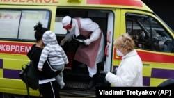 Медработники в защитной одежде рядом с предполагаемыми инфицированными пациентами. Алматы, 19 марта 2020 года.