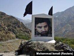 Портрет Ахмада Шаха Масуда рядом с шоссе в Панджшерском ущелье. 7 сентября 2011 года
