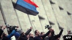 Ngritja e flamurit rus në ndërtesën e administratës në Donetsk të Ukrainës