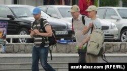 Туристы в Ашхабаде.