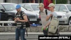 Ашғабатта жүрген шетелдік туристер. 20 мамыр 2013 жыл.