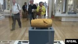 استوانه فرمان کوروش بزرگ که در موزه بریتانیا نگهداری می شود.