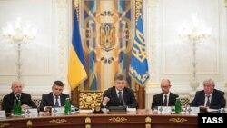 Ուկրաինայի անվտանգության խորհրդի քարտուղար Օլեքսանդր Տուրչինովը, Գերագույն ռադայի նախագահ Վոլոդիմիր Գրոյսմանը, նախագահ Պետրո Պորոշենկոն, վարչապետ Արսենի Յացենյուկը և գլխավոր դատախազ Վիկտոր Շոխինը մասնակցում են Անվտանգության խորհրդի նիստին, Կիև, 2-ը սեպտեմբերի, 2015թ.