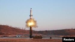 Запуск северокорейской ракеты Pukguksong-2 среднего радиуса действия.