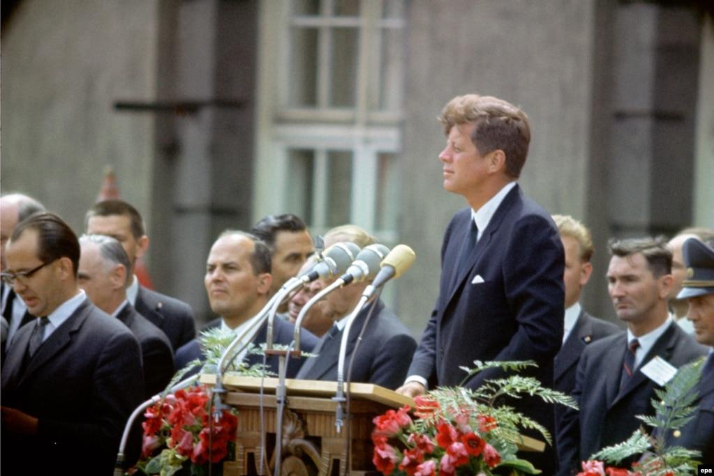 Президент США Джон Кеннеді промовляє свою знаменну промову «Ich bin ein Berliner» («Я – берлінець») під час візиту до Західного Берліна 26 червня 1963 року