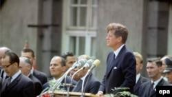 John F. Kennedy gjatë fjalimit të tij të njohur në Berlin, më 26 qershor të vitit 1963; ai u vra në Dallas më 22 nëntor 1963