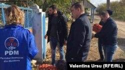 Activiștii democrați din Nisporeni împărțind ajutoare