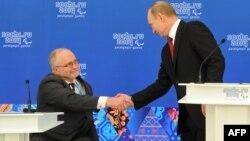 Rusiya Prezidenti Vladimir Putin (sağda) və Philip Craven, arxiv fotosu