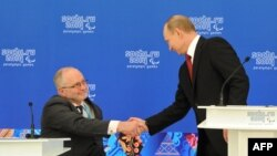 Президент России Владимир Путин (справа) и президент Международного паралимпийского комитета Филип Кравен. Сочи, 13 марта 2014 года.