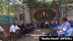 Друзья и родственники Каххора Махкамова пришли в его дом, чтобы проститься с ним