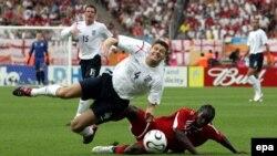 Нюрнберг. Англия - Тринидад и Тобаго. Стивен Джеррард (в белом) против Ауртиса Уитли