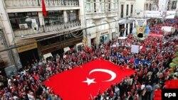 تظاهرات مردم ترکیه در استانبول علیه انفجارهای ماه اکتبر این شهر که گفته می شود القاعده در آنها دست داشته است.