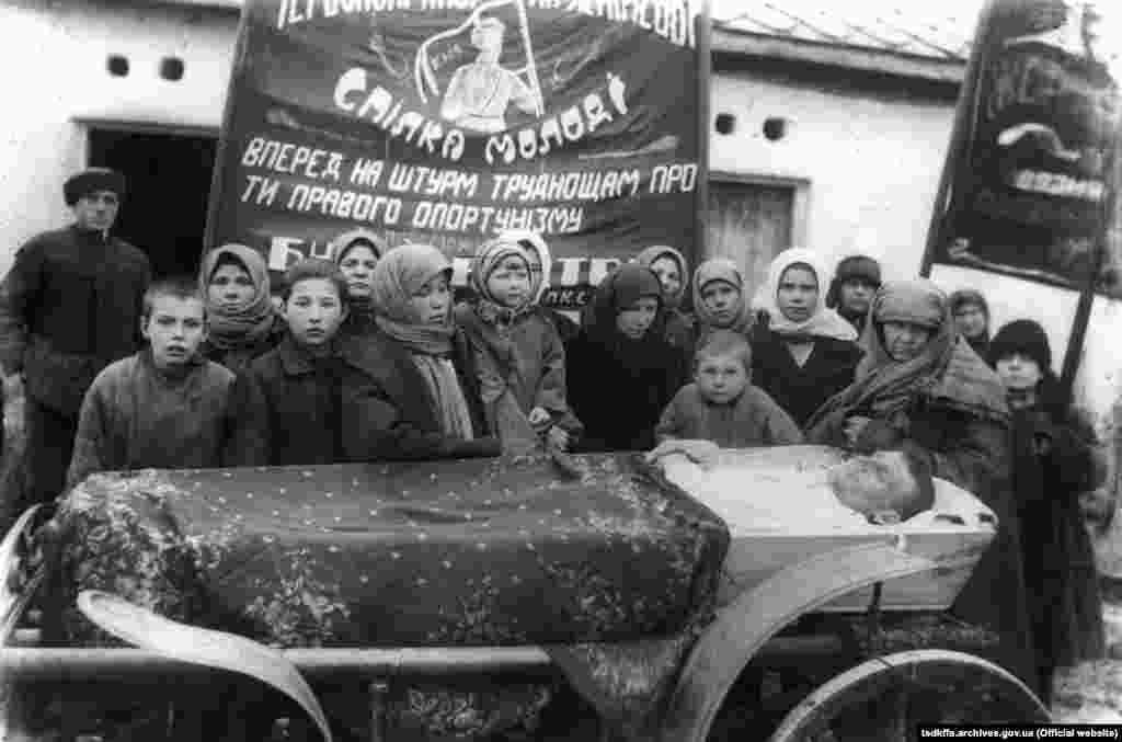Похорон сільського активіста в селі Сергіївка Червоноармійського району Донецької області, 1930-і роки