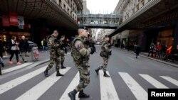 Француски војници патролираат по улиците.