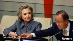 Экс-госсекретарь США Хиллари Клинтон рядом с Генеральным секретарем ООН Пан Ги Муном во время ежегодной встречи по расширению возможностей женщин в Нью-Йорке 10 марта 2015 года