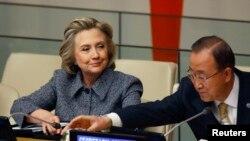 Hillary Clinton alături de secretarul-general ONU, Ban Ki-Moon, la 10 martie 2015