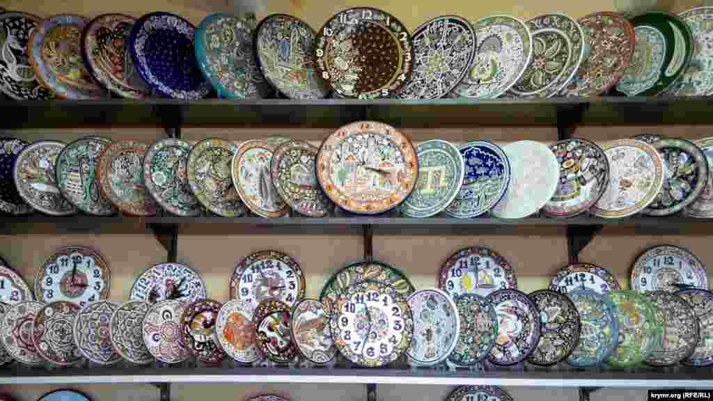 Немалым успехом пользуются такие керамические изделия с этническими мотивами