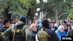 Манифестантов встретили полицейские, до этого заполонившие площадь