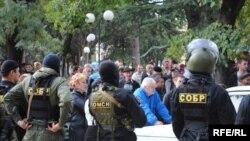Молчание депутатов, по мнению части общества, ставит под сомнение статью закона о статусе депутата Южной Осетии, где прописана его неприкосновенность