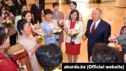 Президент Казахстана Нурсултан Назарбаев на встрече с женщинами в своей резиденции в Астане. 7 марта 2019 года.