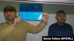 Активисты Макс Бокаев (слева) и Талгат Аян в суде Атырау. 18 октября 2016 года.