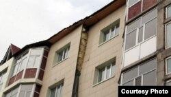 Қарағанды қаласындағы қирау алдында тұрған тұрғын үй. Қарағанды, 5 сәуір 2012 жыл.