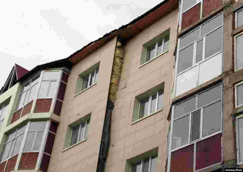 «Бесоба» ықшам ауданындағы бес қабатты тұрғын үйдің құлағанға дейінгі күйі. Қарағанды, 5 сәуір 2012 жыл.