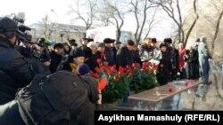 Алматыдағы «Тәуелсіздік таңы» ескерткішіне гүл қою шарасы. 17 желтоқсан 2015 жыл.