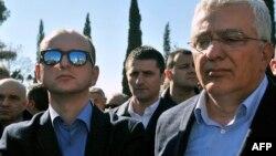 Опозиційні лідери Андрія Мандич (п) і Милан Кнежевич, обвинувачені у справі про підготовку перевороту, під час акції протесту своїх прихильників під стінами парламенту Чорногорії, Подгориця, 15 лютого 2017 року