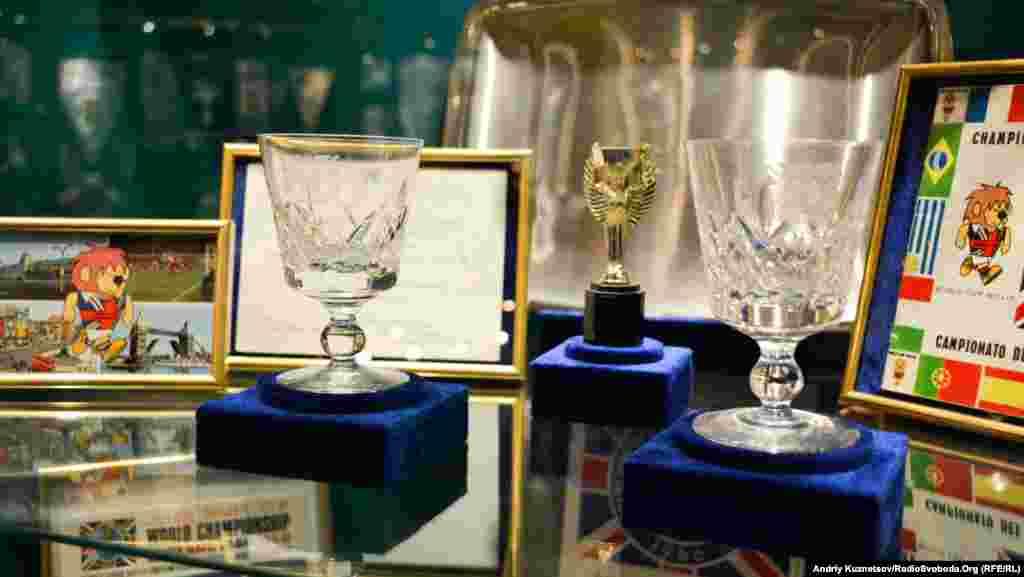 Бокали, які вручалися учасникам Чемпіонату світу в Англії 1966 року