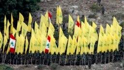 Pjesëtarë të grupit Hezbollah duke dëgjuar fjalimin e udhëheqësit të tyre në Liban. Gusht 2015.