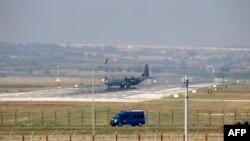 یک فروند هواپیمای سی-۱۳۰ ارتش آمریکا در پایگاه اینجرلیک در حاشیه آدانا