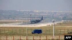 Թուրքիա - Hercules C-130 ռազմական օդանավը Ինջիրլիքի ռազմակայանում, 28-ը հուլիսի, 2015թ․