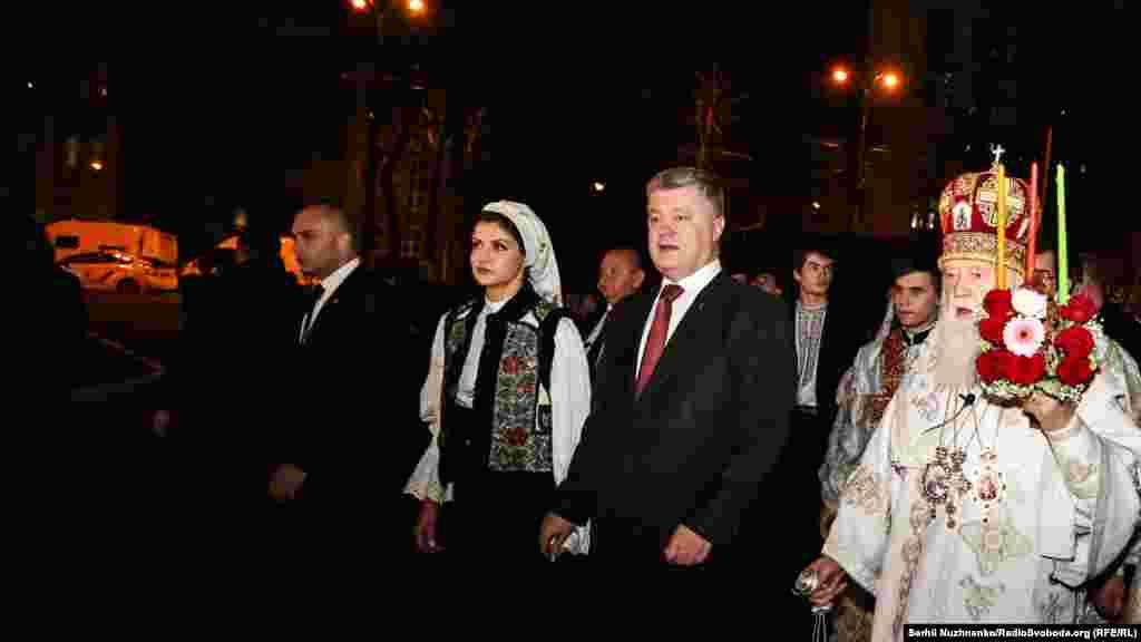 Крестный ход в Пасхальную ночь во Владимирском соборе с участием Филарета и президента Украины Петра Порошенко