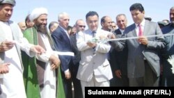 Owganystanyň magdan ministri Wahidullah Şahrani (ortada) Fariýab welaýatyndaky gaz ýatagynyň açylyş dabarasynda. Fariýab, 19-njy sentýabr, 2011.