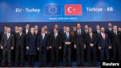 Ахмет Давутоглу (в центрі) серед учасників саміту ЄС, Брюссель, 7 березня 2016 року