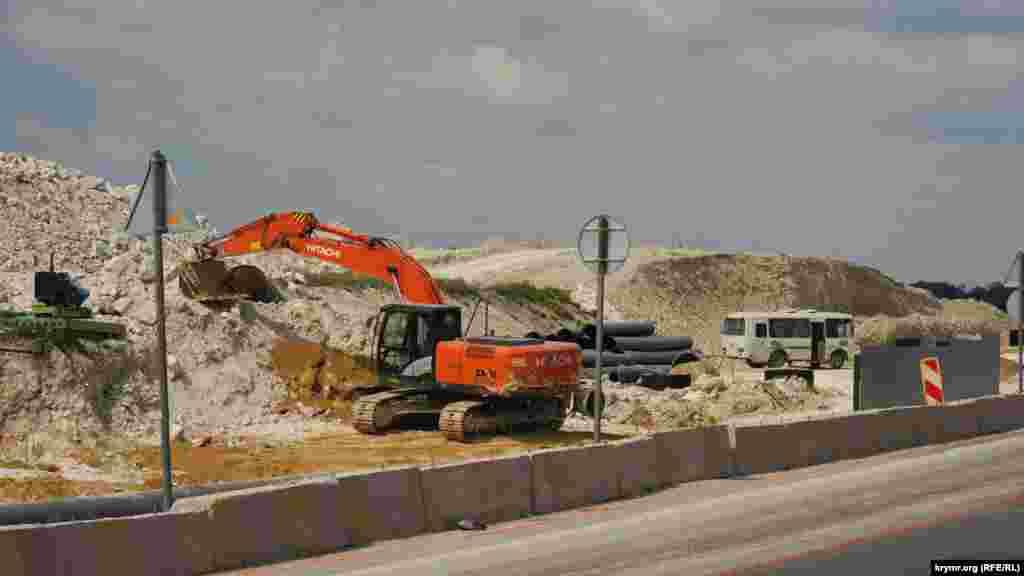 Заради траси «Таврида» будівельники зрізають вапнякові пагорби біля села