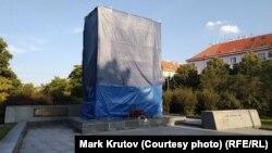 Пам'ятник радянському маршалу часів Другої світової війни Івану Конєву в Празі накрили рядном, щоб «врятувати від вандалізму», але згодом відкрили знову