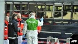 Полиција и болничари по инцидентот на 2 март 2011