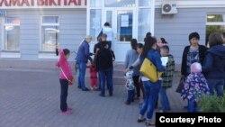 Кітап дүкені алдында мектеп оқулықтарын алу үшін кезекте тұрған адамдар. Астана, 29 тамыз 2015 жыл.