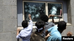Демонстранты бьют стекла посольства США в Йемене. Сана, 13 сентября 2012 года.