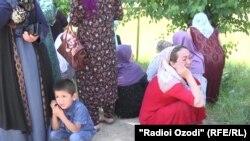 Родственники погибших во время бунта в вахдатской колонии заключенных