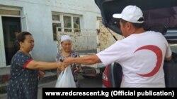Сотрудники Красного полумесяца оказывают гуманитарную помощь жителям села Ак-Сай.