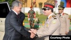 وزير الدفاع المصري عبد الفتاح السيسي يستقبل وزير دفاع روسيا سيرغي شويغو