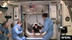 Американските астронаути влегуваат во Меѓународната вселенска станица